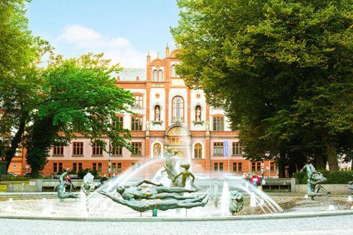 Abenteuer Stadtwelten Stadtführung Rostock Warnemünde Uniplatz Brunnen der Lebensfreude